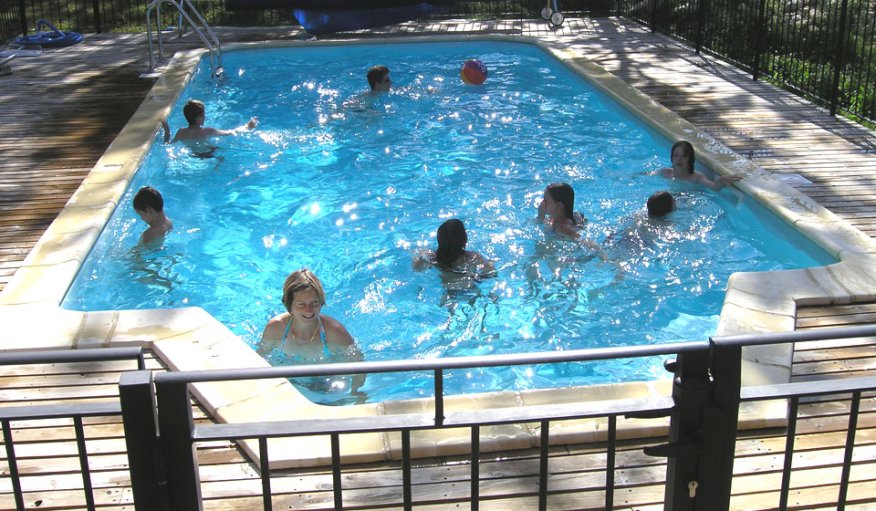 Refugi guests and swim in summertime!